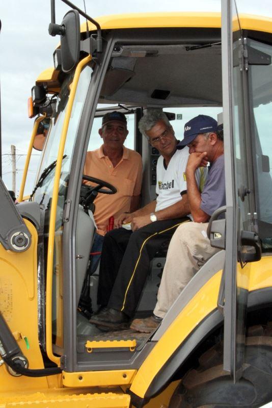 Funcionários da Prefeitura Municipal recebendo instruções de como operar o equipamento recém-adquirido.