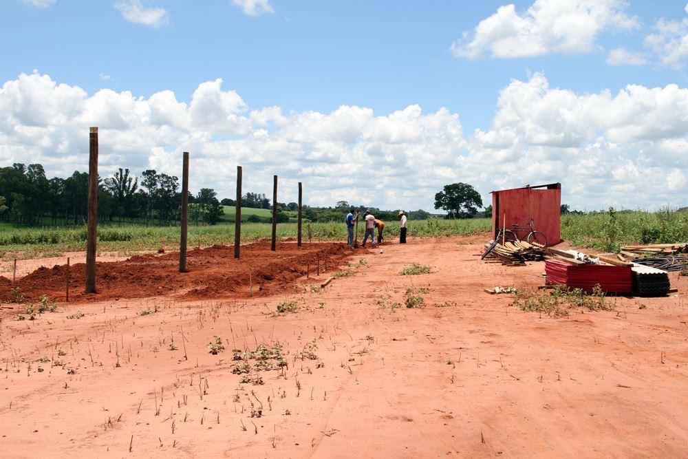 A foto destaca o inicio da construção do Galpão que será usado como deposito de materiais