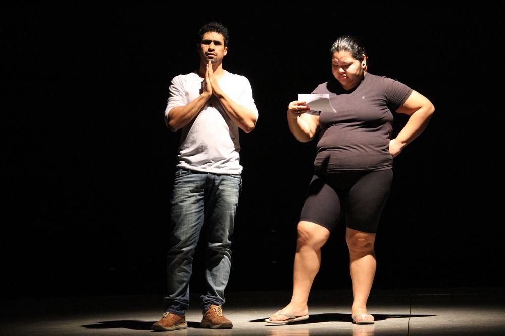 Djalma França encenando juntamenta com uma aluna do Curso