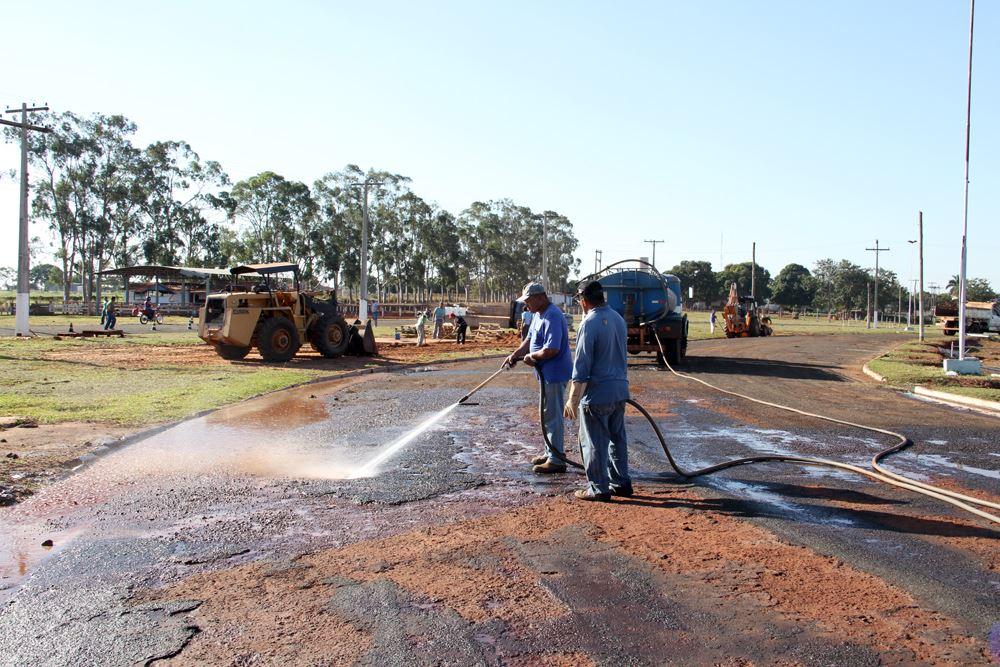 Funcionários da Prefeitura Municipal fazem a limpeza do asfalto das vias do Recinto de Exposições