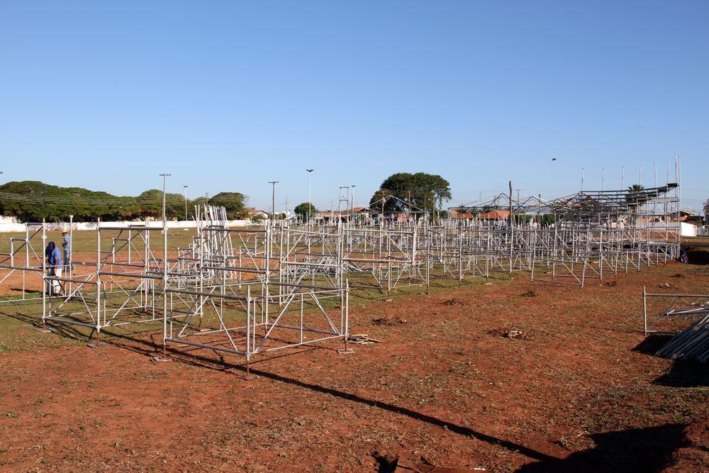 Parte da estrutura das arquibancadas da arena de rodeio já estão em estágio avançado de montagem