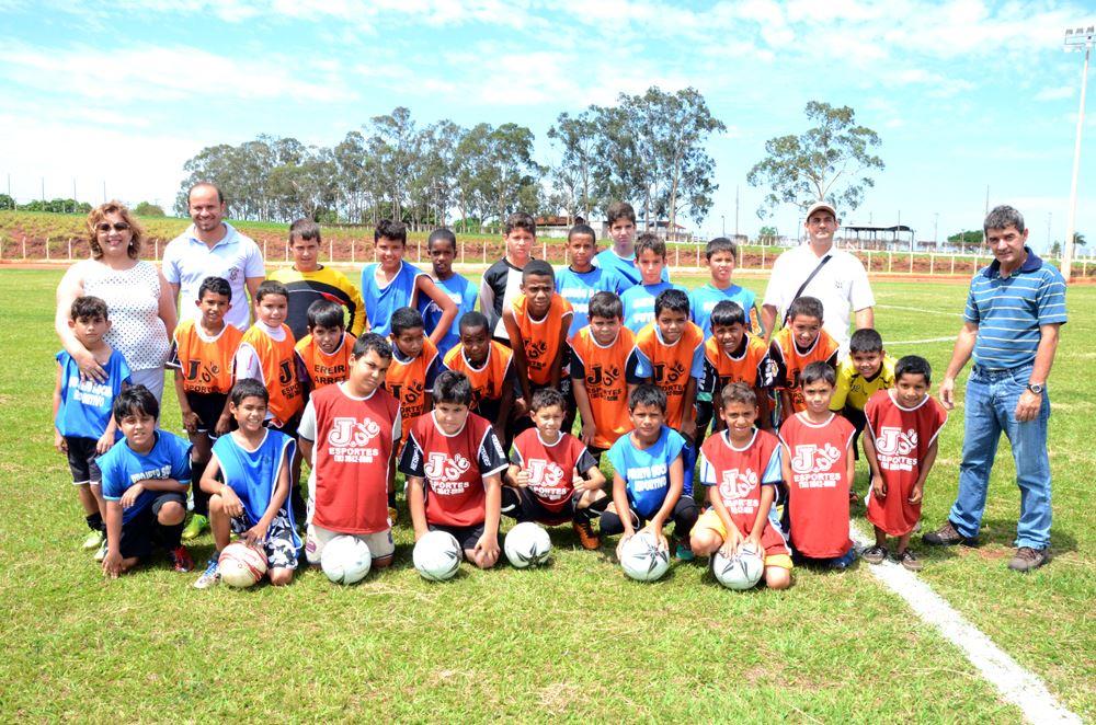 Vice-Prefeita Marialba juntamente com as crianças que disputaram o amistoso em comemoração ao Dia das Crianças
