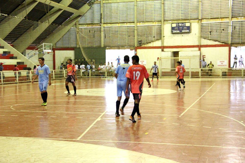 Lance da primeira rodada do Campeonato de Futsal de Férias