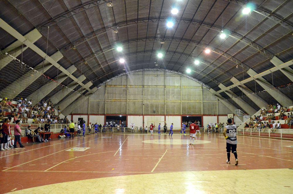 Lance do Campeonato Municipal de Futsal de Férias nesta sexta-feira