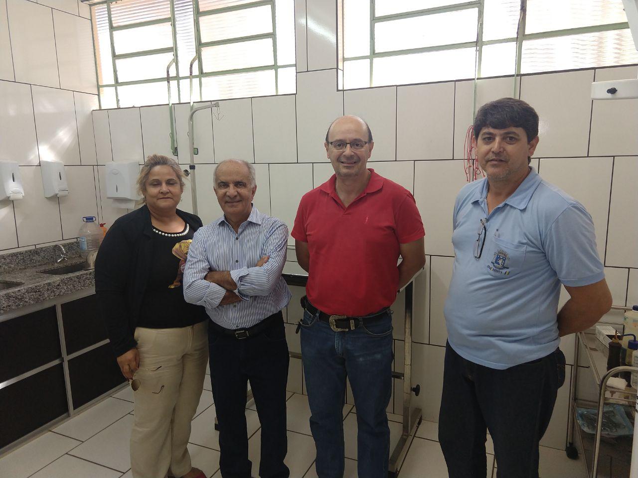A foto destaca Li Carvalho (esquerda), o prefeito Joãozinho, veterinário Milton Santana e José Carranza, durante visita ao CCZ ilhense.