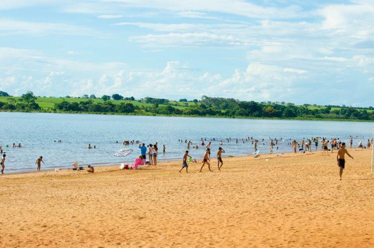 praia municipal banhistas por do sol bae30